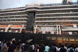 ได้ใจไปเต็มๆ 'ฮุนเซน' ต้อนรับผู้โดยสารเรือเวสเตอร์ดัมขึ้นฝั่งสุดอบอุ่น ชูให้ความสำคัญสิทธิมนุษยชน