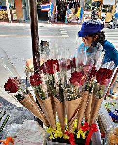 """ร้านดอกไม้ริมทางยังขายได้เรื่อยๆ แม้ """"วาเลนไทน์"""" นี้ จะเงียบเหงา"""