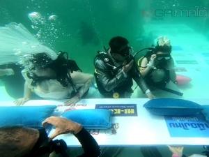 สุดชื่นมื่น! 20 คู่รักดำดิ่งท้องทะเลตรังจดทะเบียนสมรสในงานวิวาห์ใต้สมุทร