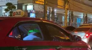 ชมคลิปคนขับแท็กซี่ฟิต ปรับเบาะรถเอนลง ออกกำลังกายซิทอัพสลายพุง ขณะรถติด