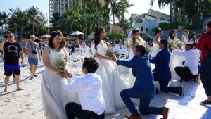 30 คู่รักจูงมือร่วมกิจกรรมจดทะเบียนสมรส ขี่ม้ามาหารัก ริมหาดหัวหิน