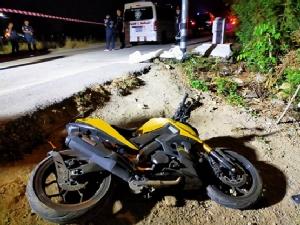 สาวทอมควบรถจักรยานยนต์เสียหลักชนเสาไฟฟ้าเสียชีวิตคาที่