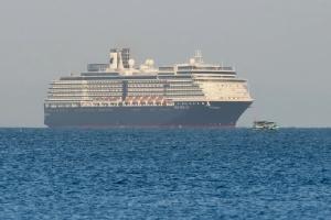 เรือสำราญ เอ็มเอส เวสเตอร์ดัม ขณะทอดสมออยู่นอกชายฝั่งเมืองสีหนุวิลล์ของกัมพูชา เมื่อวันที่ 13 ก.พ.