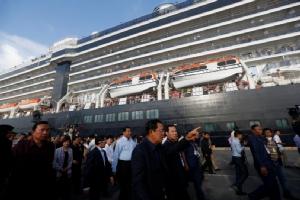 นายกรัฐมนตรี ฮุน เซน แห่งกัมพูชาเดินทางไปต้อนรับผู้โดยสารเรือสำราญเวสเตอร์ดัมที่เมืองสีหนุวิลล์เมื่อวันที่ 14 ก.พ. หลังอนุญาตให้เรือลำนี้เข้าจอดเทียบท่า โดยก่อนหน้านี้เรือเวสเตอร์ดัมถูกทางการ 5 ประเทศกีดกันไม่ให้เข้าจอดเนื่องจากเกรงว่าจะมีการแพร่ระบาดของไวรัส COVID-19 ในหมู่ผู้โดยสาร