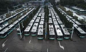 ภาพรถโดยสารประจำทางที่จอดนิ่งที่อู๋ในนครอู่ฮั่น มณฑลหูเป่ย ขณะนี้จีนยังรักษษมาตรการควบคุมการเดินทางของประชาชนเนื่องจากไวรัสโคโรนาระบาด (ภาพซินหัว)