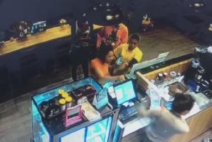 แชร์กระจายคลิปสาวสองอาละวาดในร้านกาแฟอเมซอน เพชรบุรี
