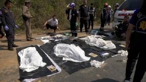 เก๋งเร่งเครื่องแซงรถขนดินไม่พ้นถูกอัดก๊อปปี้ดับยกครัว 3 ศพ