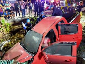 กระบะซิ่งเสียหลักชนรถแม่ค้าจอดหน้าหอพักดับ 1 เจ็บ 1