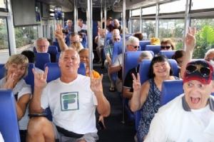 เขมรจัดรถบัสพาผู้โดยสารเรือเวสเตอร์ดัมนับสิบทัวร์กรุงพนมเปญ