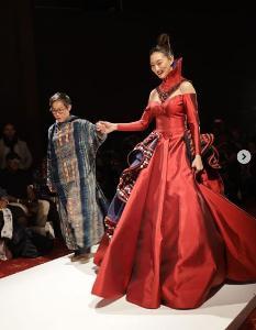 """งดงามเขย่าเวทีโลก""""แพนเค้ก เขมนิจ"""" เดินแบบผ้าทอไทย London fashion week 2020"""