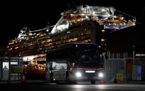 รถบัสบรรทุกผู้โดยสารชาวฮ่องกงของเรือสำราญไดมอนด์ ปรินเซส กำลังออกจากท่าเทียบเรือในโยโกฮามา ทางภาคใต้ของกรุงโตเกียว ในวันพุธ(19ก.พ.)