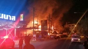 ร้านข้าวซอยดังเชียงใหม่ไฟไหม้กลางดึก ถูกผลาญวอดเสียหายกว่า 10 ล้านบาท