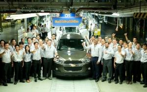 ภาพเมื่อครั้งที่ เชฟโรเลต ผลิต แคปติวา คันแรกออกจากสายการผลิตของโรงงานในประเทศไทย
