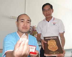 คำรณวิทย์รุดให้กำลังใจตำรวจโคราชหนังเหนียวมอบเหรียญหลวงปู่ทวดสองแสน