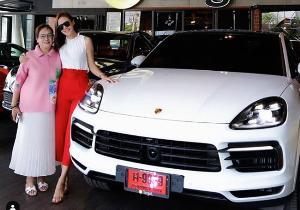 """อู้ฟู่ """"กระแต ศุภักษร"""" ถอยรถ Porsche ป้ายแดงสีขาวสุดหรู"""