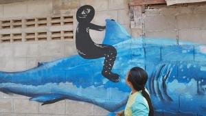 ชาวบ้านเขาเต่าเดือด!! วัยรุ่นมือบอนแอบเติมรูปคนสีดำตาเดียวขี่ฉลามทับภาพต้นฉบับ