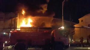 ไฟไหม้สำเพ็งเพชรบุรีเสียหายทั้งหลัง ใช้เวลานานเกือบ 2 ชั่วโมงจึงระงับเพลิงได้