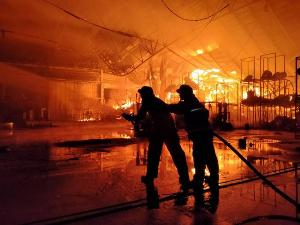 ระทึก! ไฟไหม้โรงอบลำไยนักธุรกิจจีนในลำพูน วอดเสียหายกว่า 20 ล้าน