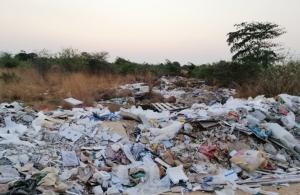 ชาวบ้านเมืองระยองโวย คนเห็นแก่ตัวลอบทิ้งขยะเกลื่อนทางสาธารณะ