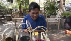 ลดใช้พลาสติก หนุ่มใหญ่อ่างทองประดิษฐ์หูหิ้วถ้วยกาแฟจากไม้ไผ่
