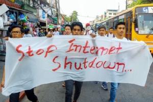 นักศึกษาพม่าเจอข้อหาหลังชุมนุมประท้วงต้านปิดสัญญาณอินเทอร์เน็ตใน 2 รัฐ