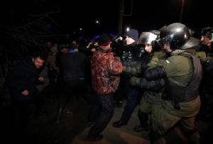 ชาวบ้านในยูเครนประท้วงต่อต้านการมาถึงของเครื่องบินที่อพยพคนมาจากมณฑลหูเป่ย