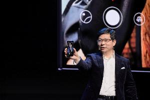 ระบบกล้อง Leica บน HUAWEI Mate Xs สามารถใช้ประโยชน์จากรูปแบบของจอที่พับได้ในการถ่ายภาพ ผสานการทำงานของทั้งกล้องหน้าและกล้องหลัง เพื่อการถ่ายรูปหลากหลายรูปแบบ