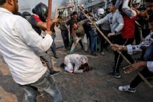 """อินเดียปะทะเดือดกลางเมืองหลวง ต้าน """"กม.สถานะพลเมือง"""" ตาย 5 เจ็บ 90"""