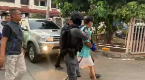 กองปราบฯ คุม 3 ผู้ต้องหา ชี้จุดฆ่าพี่ชายผู้พิพากษาศาลอาญากรุงเทพใต้
