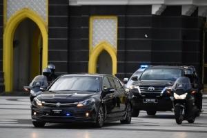 ขบวนรถของมหาเธร์ โมฮาหมัด รักษาการนายกรัฐมนตรีมาเลเซีย แล่นออกจากพระราชวังหลวงในกรุงกัวลาลัมเปอร์เมื่อวันที่ 24 ก.พ.