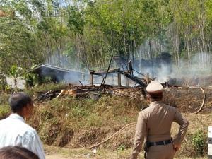 ร่ำไห้หนัก! ชาวบ้านสตูลเข่าทรุดหลังเกิดเพลิงไหม้บ้านวอดยกหลัง