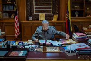 นายกรัฐมนตรี มหาเธร์ โมฮาหมัด แห่งมาเลเซียทวีตภาพตนเองกลับเข้าทำงานในออฟฟิศเมื่อวันที่ 25 ก.พ. หลังจากยื่นหนังสือลาออกและได้รับแต่งตั้งให้เป็นนายกรัฐมนตรีรักษาการ