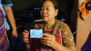 แม่ค้าปลาดวงเฮงถูกรางวัลที่ 1 รับ 6 ล้านบาท แจกปลาสดให้ชาวบ้านเกือบ 2 ตัน