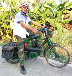 ฝรั่งทึ่งซื้อตั้งโชว์อังกฤษ! จักรยานเก่าใส่เครื่องมอเตอร์ไซค์โบราณ-เบรกรถไถนา ฝีมือหนุ่มสุโขทัย