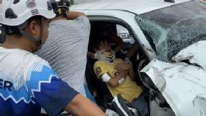 หนุ่มซิ่งกระบะแหกโค้งพุ่งชนรถบรรทุกดินทำเจ็บสาหัส ญาติเผยรีบพาแฟนสาวส่ง รพ.จนเกิดอุบัติเหตุ