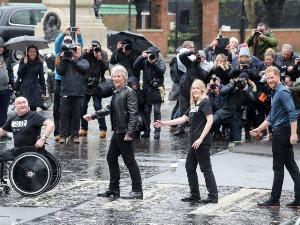 """""""เจ้าชายแฮร์รี - จอน บอน โจวี"""" เรียกรอยยิ้ม ข้ามถนนเลียนแบบปก """"เดอะ บีตเทิลส์"""""""
