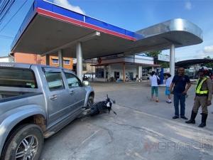 รถกระบะเลี้ยวเข้าปั๊มน้ำมันในทางออกกะทันหัน ชนรถ จยย.ที่ขับมาจนร่างกระเด็นบาดเจ็บ