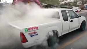 จวกยับ! รถกระบะ-รถบรรทุก เบิร์นยางรถโชว์ในขบวนขันหมาก ทำชาวบ้านเดือดร้อน (ชมคลิป)