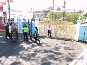 หนุ่มใหญ่บุกพังประตูจวนผู้ว่าฯ เมืองตรัง ท้าตำรวจดวลปืนตัวต่อตัวก่อนถูกรวบ