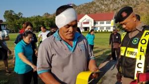 เกิดอุบัติเหตุ!! รถตู้นักเรียนถูก 10 ล้อเฉี่ยวชนพลิกคว่ำตกคูน้ำบาดเจ็บหลายราย