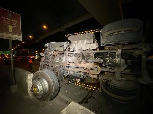 งานเช้า! รถพ่วง 18 ล้อ หลับในชนขอบทางพลิกคว่ำ ขวางถนนวิภา มุ่งห้าแยกลาดพร้าว