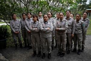 หญิงเวียดนามสุดกล้ารวมทีมฝ่าอันตรายเก็บกู้ระเบิดตกค้างสมัยสงคราม