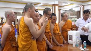 ปทุมธานี วันนักข่าวทำบุญเลี้ยงเพลพระ บิ๊กแจ๊สสอนพระสงฆ์ทำเจลล้างมือป้องกันเชื้อไวรัส