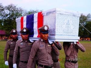 ญาตินำศพตำรวจ สภ.ศรีสาคร กลับไปบำเพ็ญกุศลที่บ้านเกิดใน จ.พัทลุง