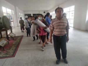 (ชมคลิป) ชาวมุกดาหารฮือปิดทางเข้า-ออกสถานที่กักตัวผีน้อย หวั่นคนในชุมชนติดเชื้อโควิด-19