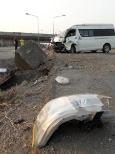 คนขับรถตู้รับส่งนักเรียนหลับในเสียหลักตกร่องกลางถนน ทำเด็กเจ็บ 6 คน