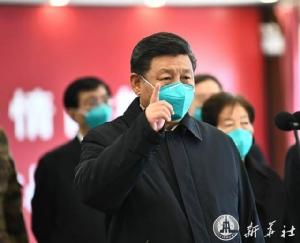 ประธานาธิบดี สี จิ้นผิง ระหว่างตรวจการการควบคุมการระบาดไวรัสโคโรนาสายพันธุ์ใหม่หรือโควิด-19 ในเมืองอู่ฮั่น มณฑลหูเป่ยเมื่อวันที่ 10 มี.ค. (ภาพ ซินหัว)