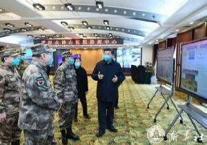 ประธานาธิบดี สี จิ้นผิง พูดคุยกับเจ้าหน้าที่ทหารระหว่างตรวจการการควบคุมการระบาดไวรัสโคโรนาสายพันธุ์ใหม่หรือโควิด-19 ในเมืองอู่ฮั่น มณฑลหูเป่ยเมื่อวันที่ 10 มี.ค. (ภาพ ซินหัว)