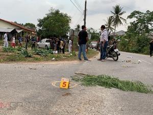 หนุ่มคลั่งขับ จยย.ไล่ยิงกระบะตาหลานบาดเจ็บ ก่อนจอดขวางถนนให้รถหยุดแต่ถูกชนดับคาที่