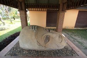 เศียรพระพุทธรูป ด้านหน้าพิพิธภัณฑสถานแห่งชาติเชียงแสน